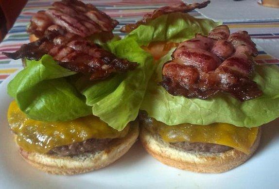Klasický americký hamburger na grilu photo-0